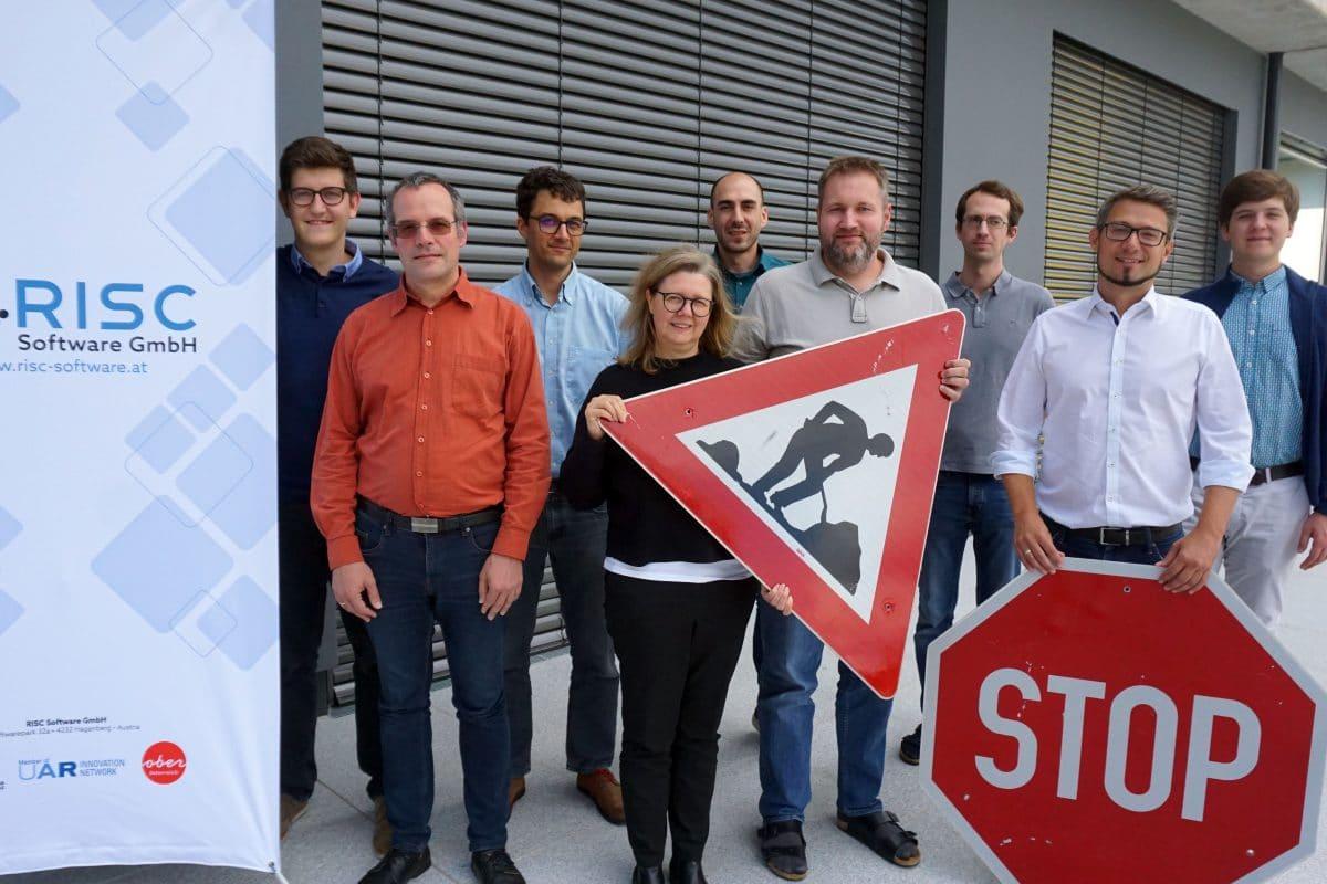 "Projektteam ""SafeSign"" beim Abschlussmeeting, v.l.n.r.: Nikolaus Hofer (RISC), Nikolaus Kasper (ASFINAG), Christoph Wruß (ASFINAG) , Karin Bruckmüller (JKU), Anton Bachleitner-Hofmann (ASFINAG), Stefan Thumfart (RISC), Alexander Maletzky (RISC), Karl-Heinz Kastner (RISC),Aris Demelius (ASFINAG), ); nicht am Bild Stefan Schumann (JKU)"